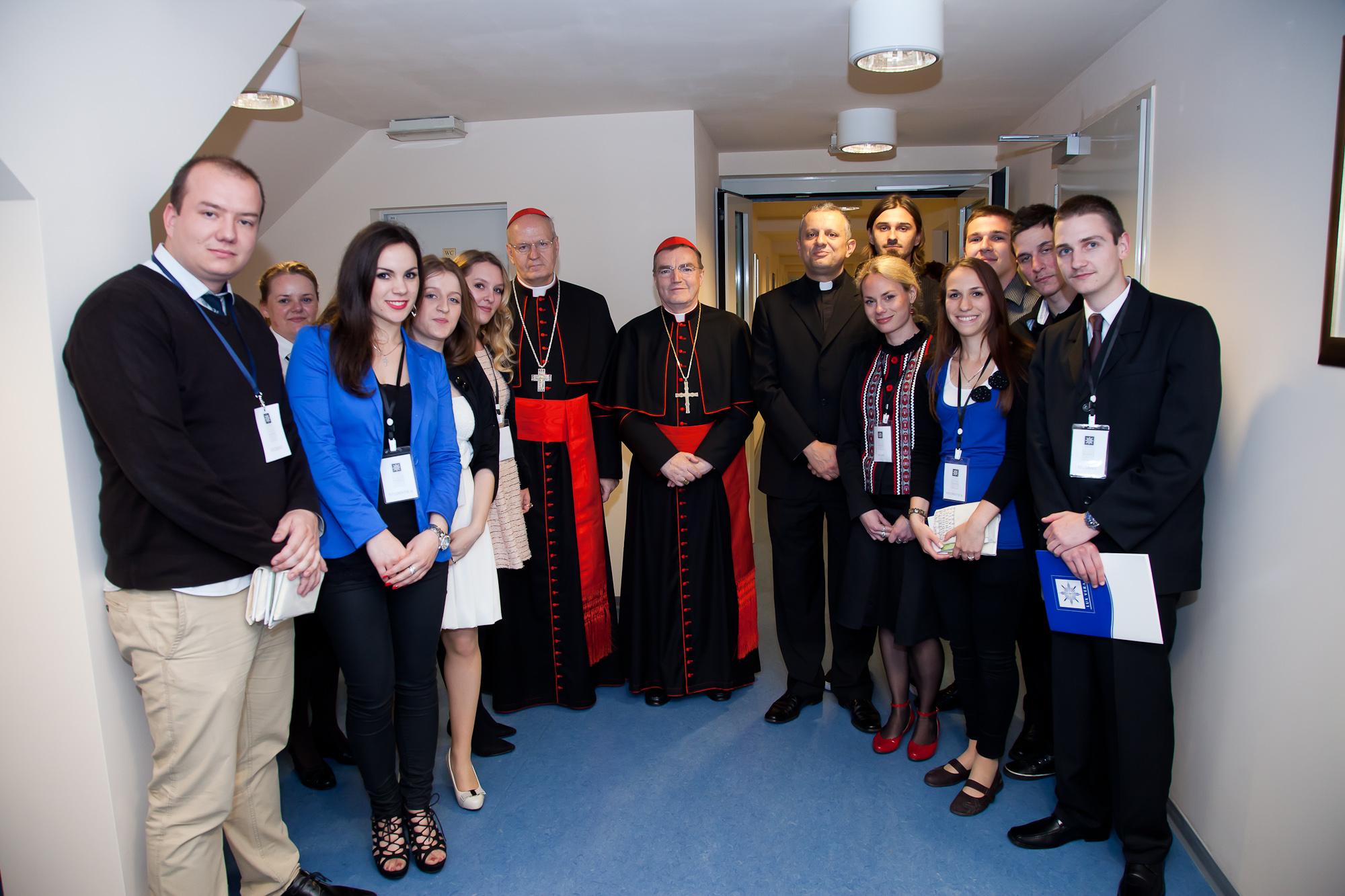 Studenti Hrvatskog katoličkog sveučilišta s uzoritim kardinalima Erdőom i Bozanićem i rektorom Tanjićem