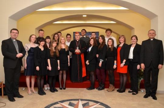Studentski pjevački zbor HKS-a s kardinalom Bozanićem, mons. Šaškom i rektorom Tanjićem