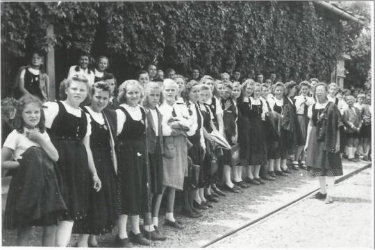 Njemačke djevojke u Vinkovcima. Fotoalbum_obitelji Mrzović -1930