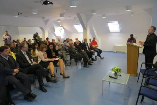 Rektor Tanjić upoznaje sudionike susreta s radom  i planovima razvoja HKS-a.