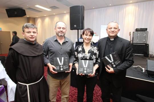 Fra Ivo Tadić i voditelji folklora s rektorom Željkom Tanjićem u Sydneyu_foto Boka Cro Press