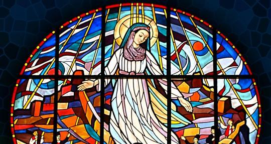 Marija Djeva je uzvišena nad zborove anđeoske; nek se raduju svi vjernici i blagoslivljaju Gospodina.