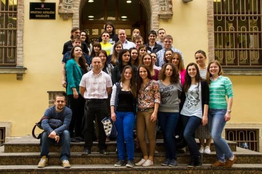 Prva generacija studenata Odjela za povijest, ak. g.  2010./2011., primit će  15. 3. 2014. svoje prostupničke diplome. Čestitamo!