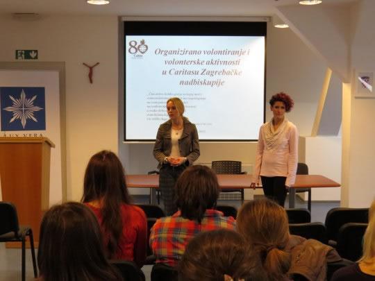 Na susretu sa studentima Valentina Kanić i Ivana Reić govorile su o mogućnostima volontiranja u Caritasu Zagrebačke nadbiskupije.