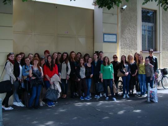 Studenti psihologije pred ulazom u kuću sestara Misionarki ljubavi u Jukićevoj u Zagrebu