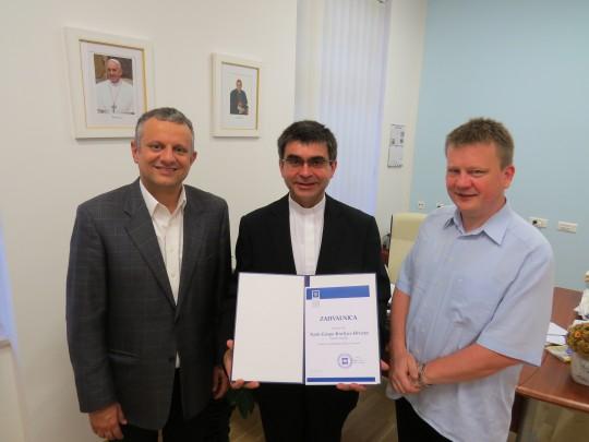 Vlč. Mladen Horvat primio je od rektora Tanjića zahvalnicu za donaciju.