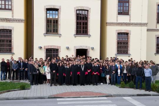 Zajednička slika sveučilišne zajednice snimljena prvog dana akademske godine 2013./2014.