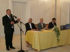 """Milan Bešlić predstavlja monografiju """"Rektorski lanac Hrvatskog katoličkog sveučilišta""""."""